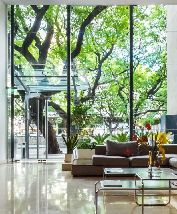 Hall large, confortable et lumineux. Howard Johnson Hotel & Suites Córdoba