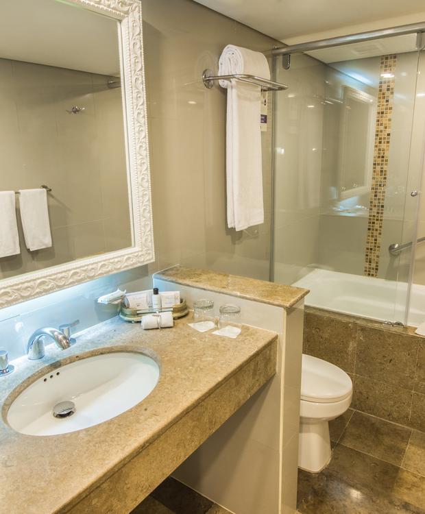 Salle de bain de la suite junior avec baignoire GHL Hotel Hamilton Hôtel GHL Collection Hamilton Bogota