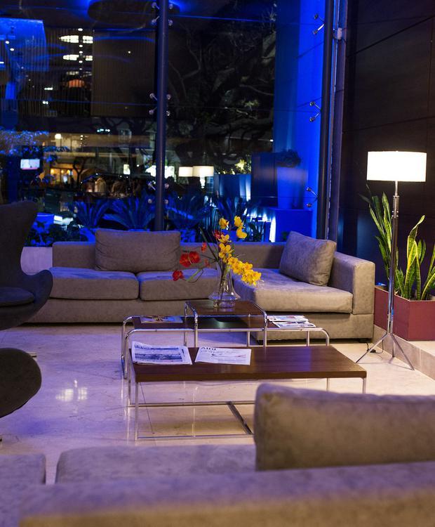 Lobby moderne avec une vue magnifique sur La Cañada. Howard Johnson Hotel & Suites Córdoba